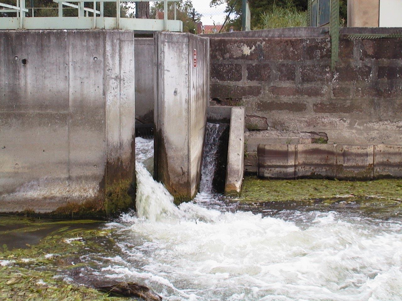 Passe à bassins successifs (gauche) et passe à brosse (droite) sur le barrage d'Huttenheim.